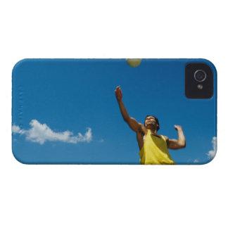 Voleibol de la porción del hombre iPhone 4 Case-Mate cárcasa