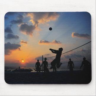 Voleibol de playa en la puesta del sol tapetes de ratones