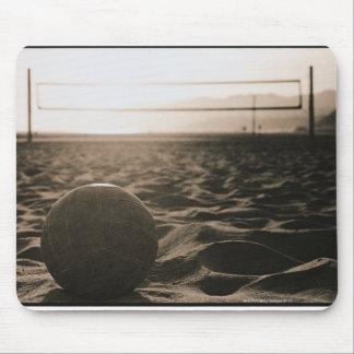 Voleibol en la arena alfombrillas de ratón