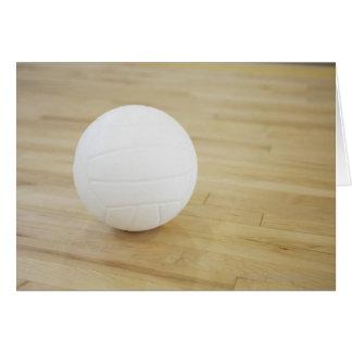 Voleibol en piso de madera tarjeta de felicitación