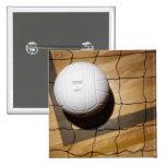 Voleibol y red en suelo de parqué de pins