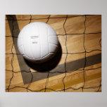 Voleibol y red en suelo de parqué póster