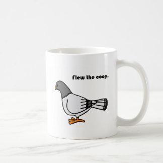 Voló el dibujo animado gris de la paloma del taza básica blanca