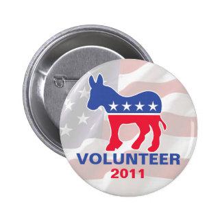 Voluntario Democratic con el fondo de la bandera Pins