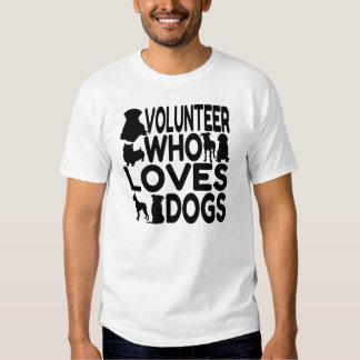 Voluntario que ama perros playeras