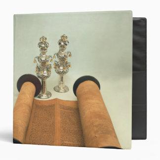 Voluta de Torah con los finials de plata de la cor
