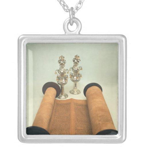 Voluta de Torah con los finials de plata de la cor Colgante Cuadrado