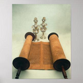Voluta de Torah con los finials de plata de la cor Posters