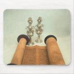 Voluta de Torah con los finials de plata de la cor Tapetes De Ratón