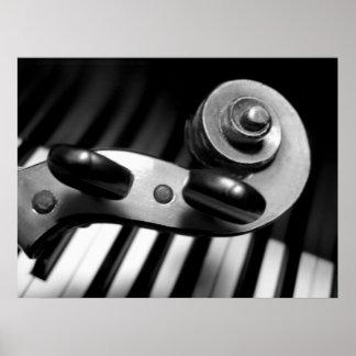 Voluta del violín sobre llaves del piano póster