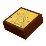 Volutas con las flores en la tierra amarilla - caja de joyas