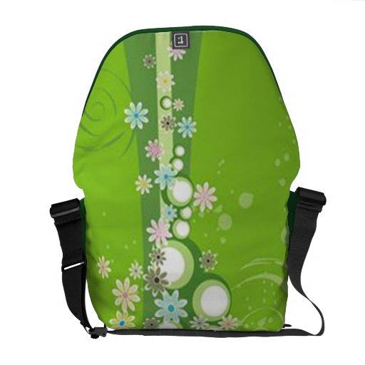 Volutas con las flores en la tierra verde - bolsas messenger