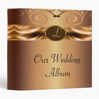 Volutas metálicas de cobre y boda del monograma de