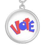 VOTE en swag animoso de la elección del texto rojo Collares Personalizados