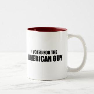Voté por el individuo americano taza de dos tonos