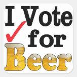 Voto por la cerveza calcomanía cuadrada personalizada