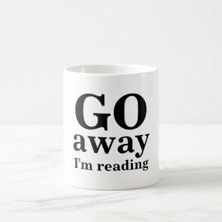 VOY, lejos, estoy leyendo Taza Básica Blanca