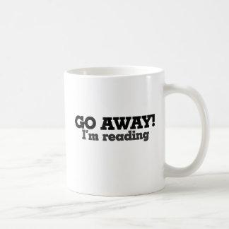 Voy lejos estoy leyendo taza básica blanca