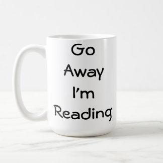 Voy lejos estoy leyendo taza clásica