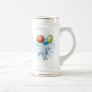 Vuelo azul lindo del conejito con los globos Pascu Taza De Café