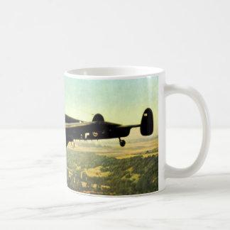 Vuelo bajo ME-110 alemán de WWII Taza Básica Blanca