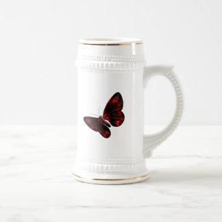 Vuelo con alas rojo sangre y negro de la mariposa jarra de cerveza