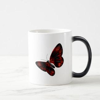 Vuelo con alas rojo sangre y negro de la mariposa taza mágica