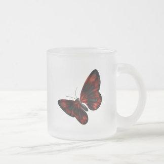 Vuelo con alas rojo sangre y negro de la mariposa taza de cristal