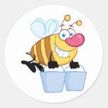 Vuelo de la abeja de la miel con cubos etiqueta redonda