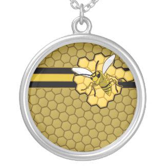Vuelo de la abeja lejos del panal collar plateado