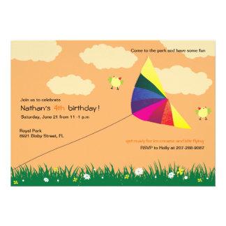 Vuelo de la cometa - invitaciones del cumpleaños d comunicado personalizado
