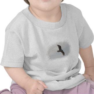 Vuelo de la gaviota de arriba camisetas