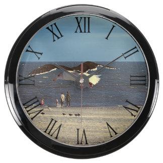 Vuelo de la gaviota en la playa de Coney Island Reloj Aquavista