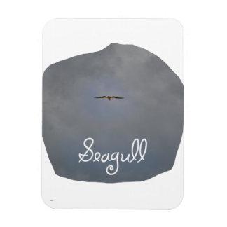 Vuelo de la gaviota en un cielo gris con la gaviot iman rectangular