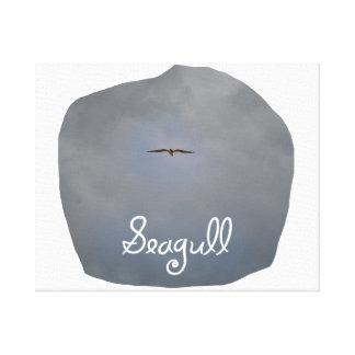 Vuelo de la gaviota en un cielo gris con la gaviot lona estirada galerias