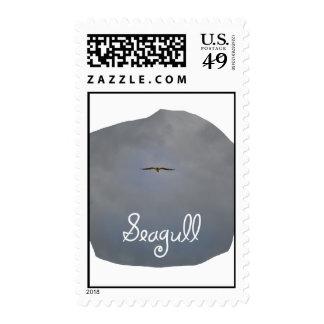 Vuelo de la gaviota en un cielo gris con la gaviot