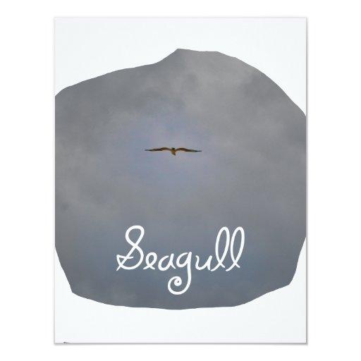 Vuelo de la gaviota en un cielo gris con la anuncios personalizados