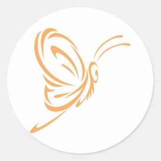 Vuelo de la mariposa de monarca en estilo del pegatina redonda
