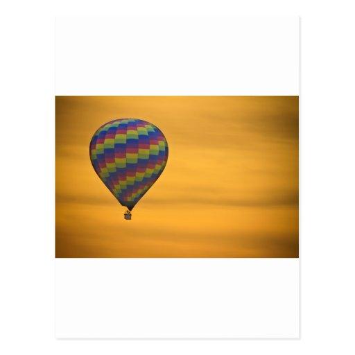 Vuelo de oro del globo del aire caliente postales