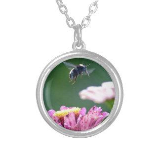 Vuelo del abejorro colgante redondo