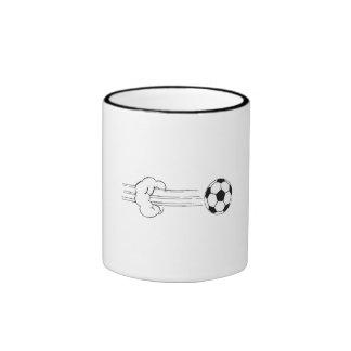 Vuelo del balón de fútbol a través del aire tazas de café