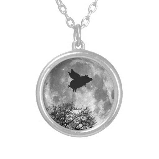 vuelo del cerdo a través del collar de la Luna Lle