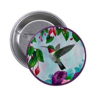 Vuelo del colibrí en jardín de flores pin redondo 5 cm