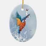 Vuelo del martín pescador fuera del agua ornamente de reyes