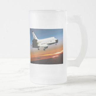 VUELO DEL TRANSBORDADOR ESPACIAL DE LA NASA EN LA  TAZA DE CAFÉ