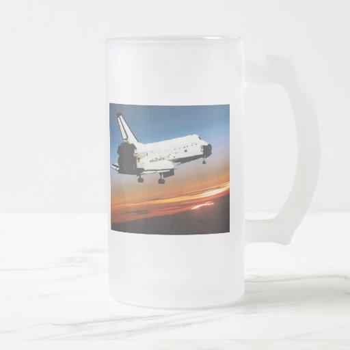 VUELO DEL TRANSBORDADOR ESPACIAL DE LA NASA EN LA TAZA DE CRISTAL