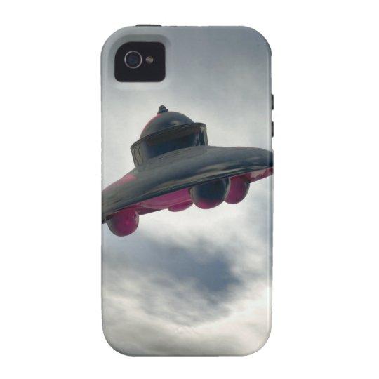 Vuelo del UFO a través de las nubes Funda iPhone 4