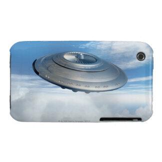Vuelo del UFO a través de los cielos nublados iPhone 3 Case-Mate Cárcasa