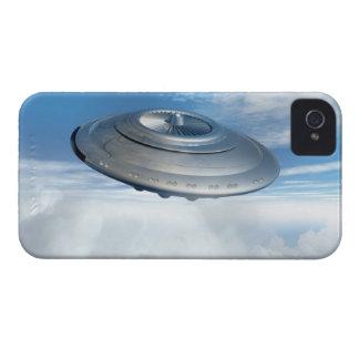 Vuelo del UFO a través de los cielos nublados iPhone 4 Case-Mate Carcasas