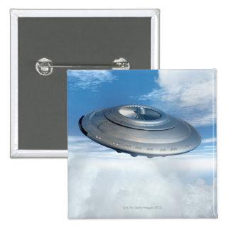 Vuelo del UFO a través de los cielos nublados Pin Cuadrada 5 Cm